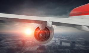 阳光衬托下的飞机机翼摄影高清图片