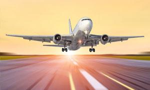 机场跑道上起飞的飞机摄影高清图片