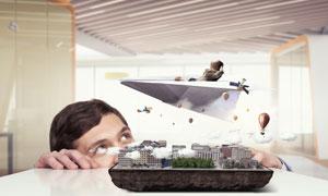 坐在纸飞机上面的人物创意高清图片