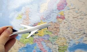 地图与拿在手里的飞机模型特写图片