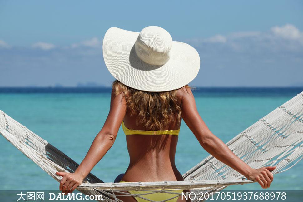 吊床上的泳装美女人物背影高清图片