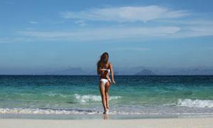 跑向大海里的泳装美女摄影高清图片