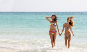 从海里走过来的俩泳装美女高清图片