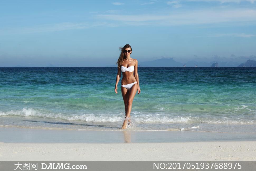 走过来的墨镜泳装美女摄影高清图片