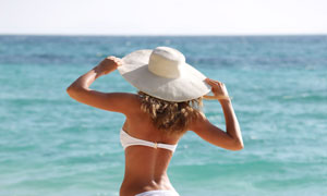 戴着遮阳帽的泳装美女摄影高清图片