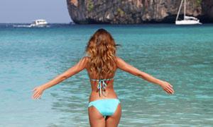 面朝大海的比基尼泳装美女高清图片
