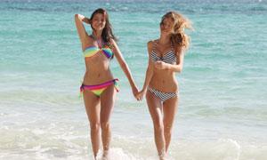 一起走向岸边的俩泳装美女高清图片