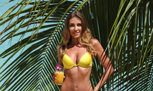 站在礁石上的泳装美女人物高清图片
