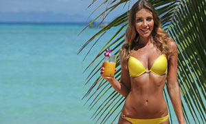 手拿着饮料的黄色泳装美女高清图片