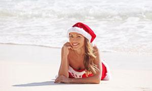 趴海滩上的圣诞装美女人物高清图片