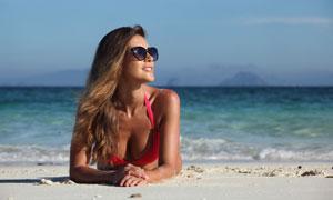 趴在沙滩上的墨镜泳装美女高清图片