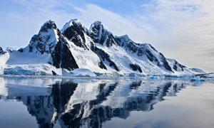 蓝天白云与水边的雪山摄影高清图片