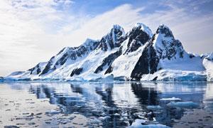 蓝天白云雪山与融化的湖面高清图片