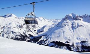 运行在山上空中的缆车摄影高清图片