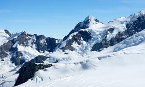 厚厚积雪下的山峦风光摄影高清图片