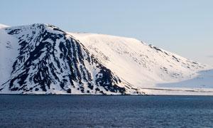 蓝天雪山与平静的水面摄影高清图片