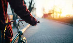 黄昏推着自行车的人物摄影高清图片