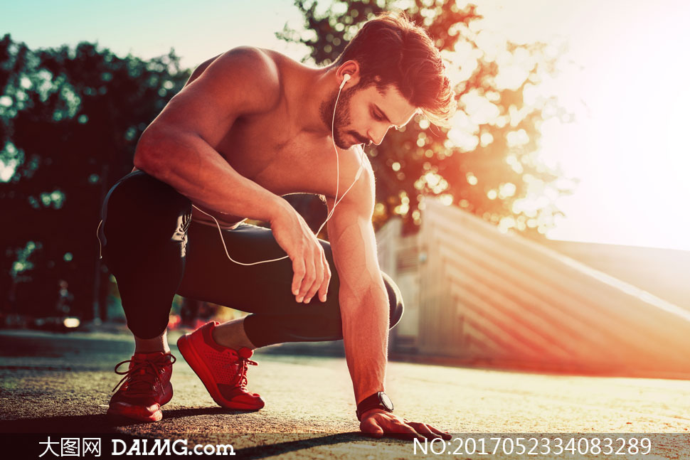 运动瘦身减肥手表腕表胡子胡须络腮胡子耳机赤膊裸露半裸逆光光效阳光