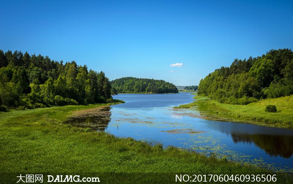 蓝天与河边的树林草地摄影高清图片