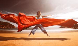 红绸子保驾护航的悬浮美女创意图片
