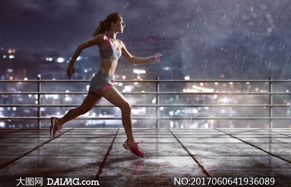 雨天运动装扮跑步美女摄影高清图片