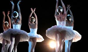 舞台上翩翩起舞的舞者摄影高清图片