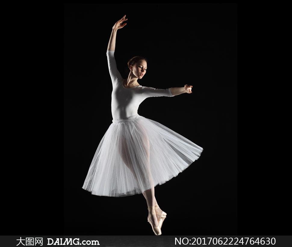 黑色背景芭蕾舞蹈美女摄影高清图片