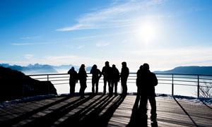 蓝天白云与参观游览的人群高清图片