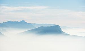 蓝天白云与若隐若现的山峦高清图片