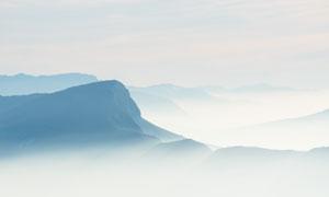 云海笼罩中的山峦风光摄影高清图片
