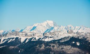 蔚蓝天空下的雪山风光摄影高清图片