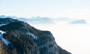 云海山峦与山上的树木摄影高清图片