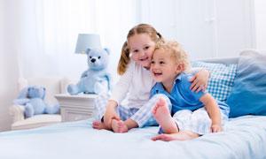 儿童房床上的姐弟两个儿童高清图片