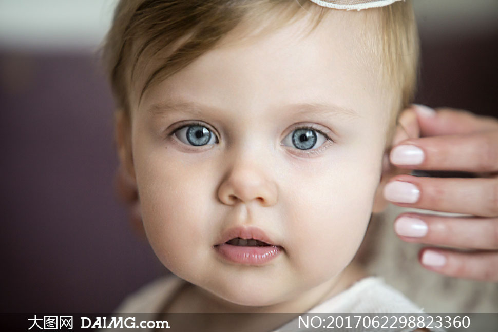 脸蛋圆嘟嘟的宝宝写真摄影高清图片