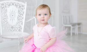 身穿可爱粉红色裙子的女孩高清图片