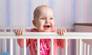 婴儿床里的开心小宝宝摄影高清图片