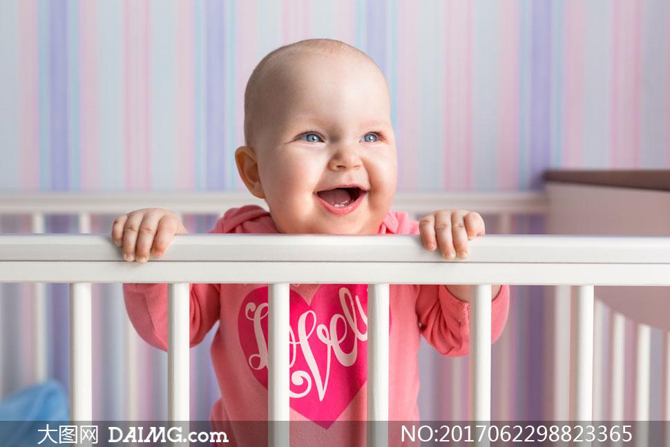 高清图片 可爱宝宝 > 素材信息          在享受着天伦之乐的一家人