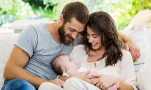 在享受着天伦之乐的一家人高清图片