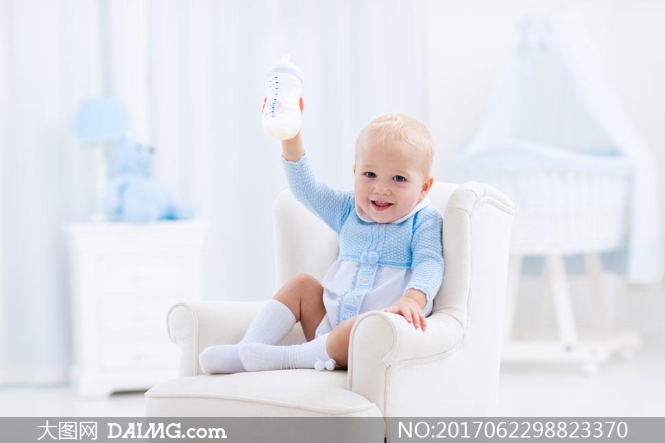 把奶瓶举高高的可爱小宝宝高清图片