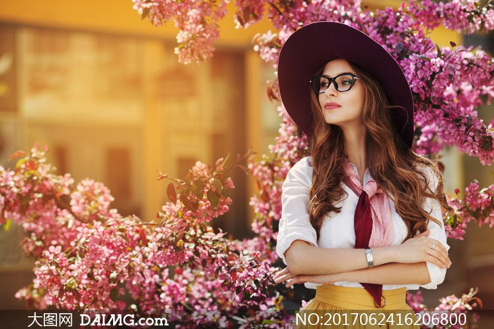 高清图片 美女图片 > 素材信息          美女人物背影与盛开的鲜花