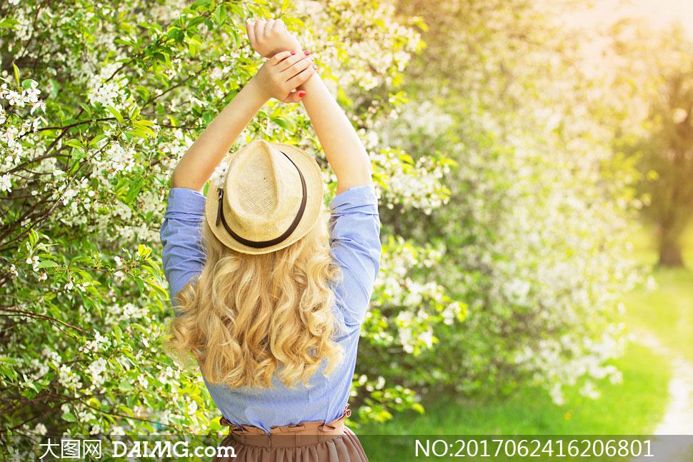 美女人物背影与盛开的鲜花高清图片