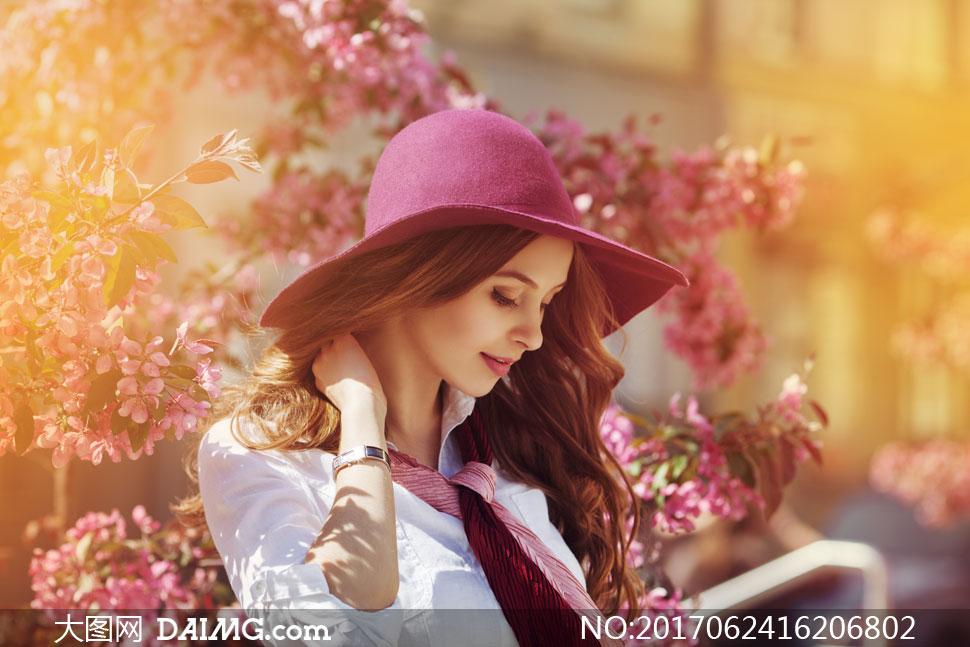 > 素材信息                          美女人物背影与盛开的鲜花高清