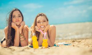 沙滩上的两个泳装美女摄影高清图片
