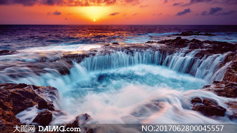 黄昏下海边美丽的瀑布美景摄影图片