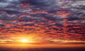 满天乌云和唯美日落美景摄影图片
