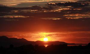 夕阳下美丽山峰和湖泊摄影图片