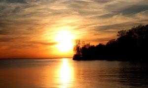 湖边美丽的夕阳风光摄影图片