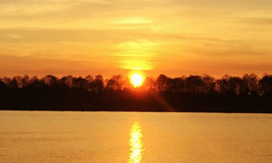 湖边美丽的日落美景高清摄影图片
