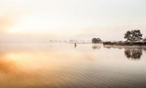 平静的湖泊日落美景摄影图片