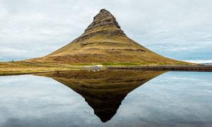 湖中创意的岛屿倒影摄影图片